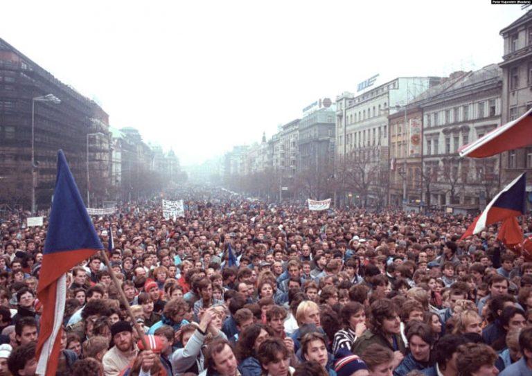 1989. Cădea Zidul Berlinului, picau liderii comuniști, dar Ceaușescu a preferat să ignore și să intensifice propaganda