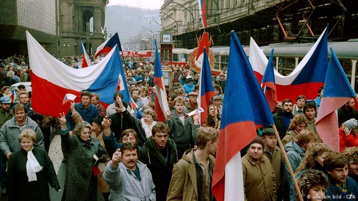 Cehii marchează 30 de ani de la Revoluţia de Catifea cu un protest uriaş la Praga