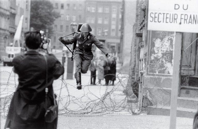 Blestemul libertății: Primul evadat peste Zidul Berlinului s-a sinucis
