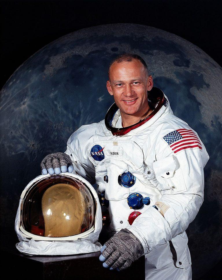 Cum l-a pocnit astronautul Buzz Aldrin pe un conspiraționist (Video)