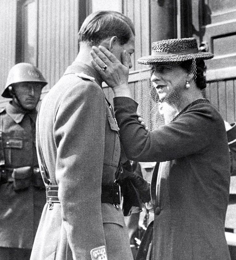 30 decembrie 1947 – Abdicarea Regelui. De ce au tăiat comuniștii merele Reginei Elena