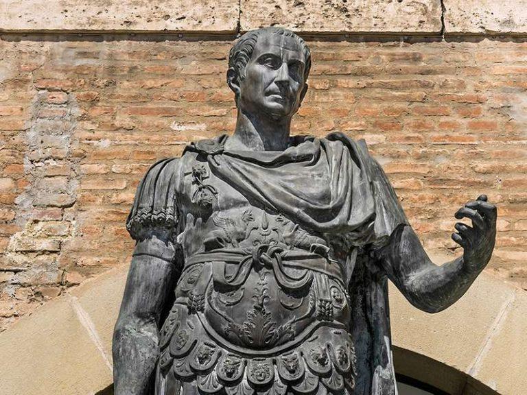 Iulius Cezar a fost zeificat cu 42 de ani înaintea nașterii lui Iisus Hristos