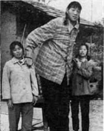 Ce au în comun cea mai înaltă femeie și cel mai înalt bărbat din istorie