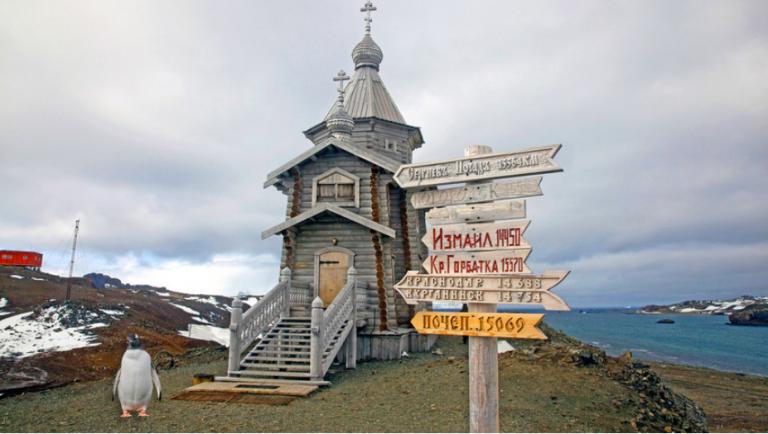 Biserica ortodoxă de la capătul lumii. A fost construită în munții Altai și transportată în Antarctica