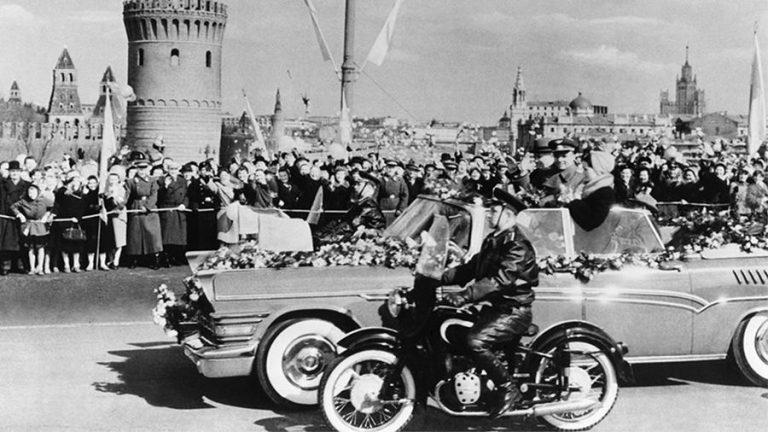 Autoturismul decapotabil de culoare turcoaz în care a fost plimbat Gagarin nu-și găsește cumpărător