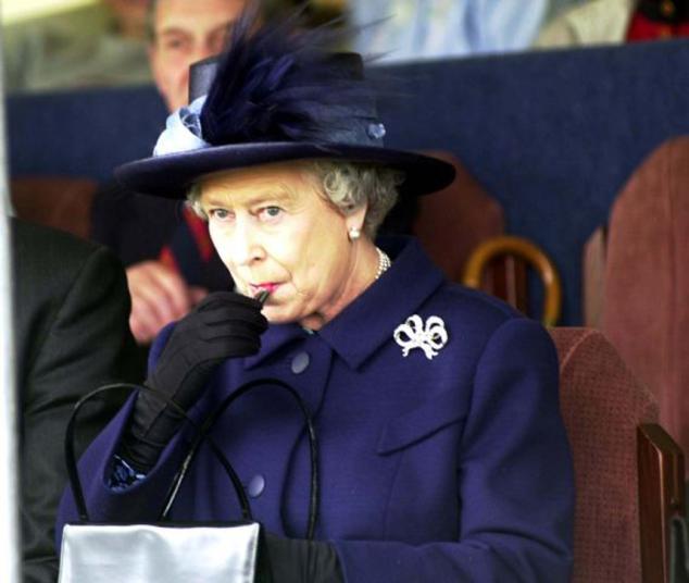 Lumea arde de la coronavirus și Regina se rujează