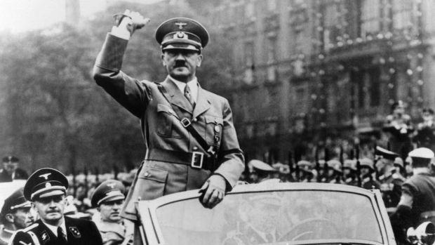 Monstrul Hitler, înconjurat de oameni îngrozitori