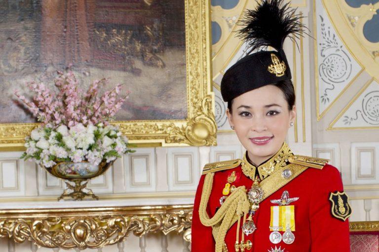 Își omagiază Regina-stewardesă în lipsă. E fugită cu Regele din țară de frica COVID-19