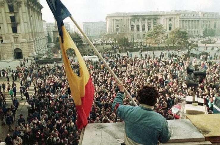 Schimburi de focuri şi curent tăiat la Radio Bucureşti. Reacţiile presei străine la 23 decembrie 1989