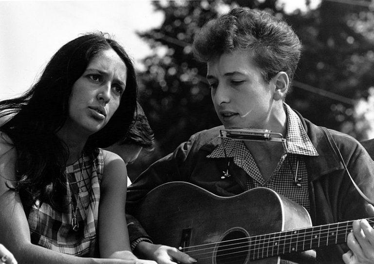 Născută pe 9 ianuarie. S-a iubit cu Bob Dylan și a cucerit lumea cu muzica și versurile ei