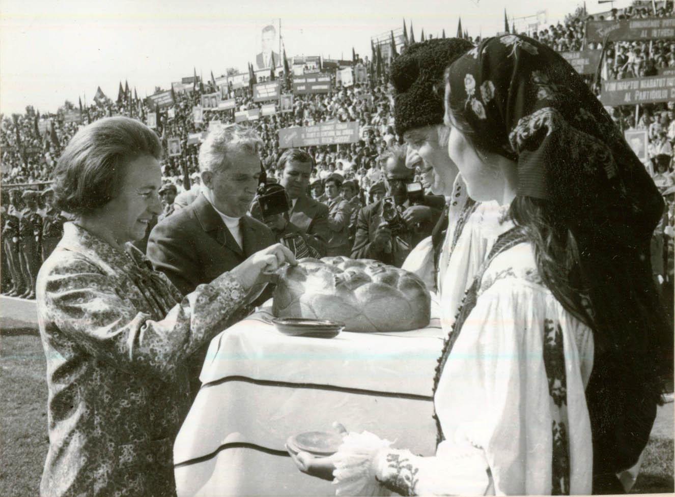 Pâine pe cartelă după vizita lui Ceauşescu în Franţa